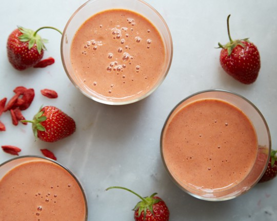 Goji-strawberry smoothie